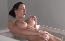 Busty MILF Kendra Lust blowing big dick